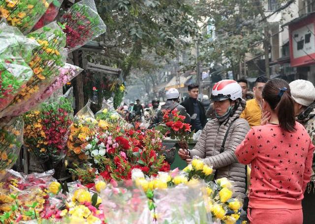 Hoa đủ thể loại, màu sắc sặc sỡ được khách hàng ưa chuộng vì sự tiện lợi, rẻ, bền đẹp.