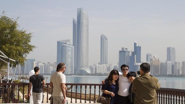  Xin phép trước khi chụp ảnh: Du khách lưu ý, không bao giờ chụp ảnh người lạ mà không được họ cho phép, trừ khi bạn chụp ảnh kỷ niệm ở địa điểm đông khách du lịch. Đặc biệt, không tự ý chụp ảnh phụ nữ Hồi giáo, toà nhà chính phủ, cơ quan quân sự… tại Dubai. Ảnh: The National.