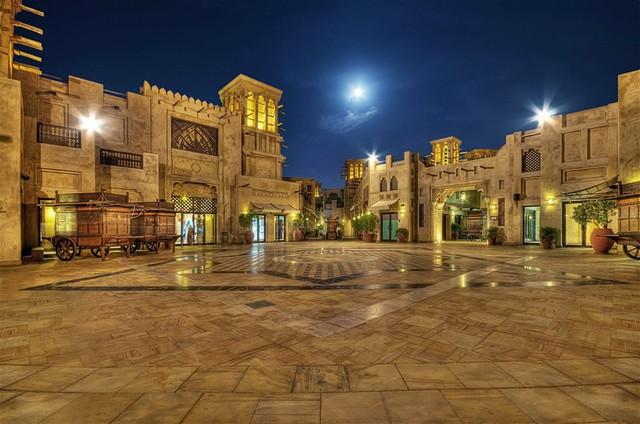 Những ngày cuối tuần này, người Dubai và du khách tập trung đến các trung tâm thương mại chật kín đến nửa đêm. Nhiều nhà hàng, quán cà phê chỉ mở cửa vài giờ vào cuối tuần. Tuy nhiên, một số dịch vụ du lịch, ẩm thực vẫn mở cửa cả ngày trong mùa du lịch cao điểm. Ảnh: Lonely Planet.