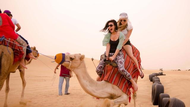  Trang phục nên mặc ở Dubai: Với thời tiết nóng nực, vấn đề quần áo được phụ nữ địa phương và du khách được chú ý hơn cả. Bạn không nên mặc đồ quá ngắn và bó sát mà cần thoải mái, dài và nhã nhặn. Ngoài ra, bạn chú ý mặc trang phục thường ngày phù hợp, thể hiện sự tôn trọng văn hoá Hồi giáo để không gặp những rủi ro ngoài ý muốn.
