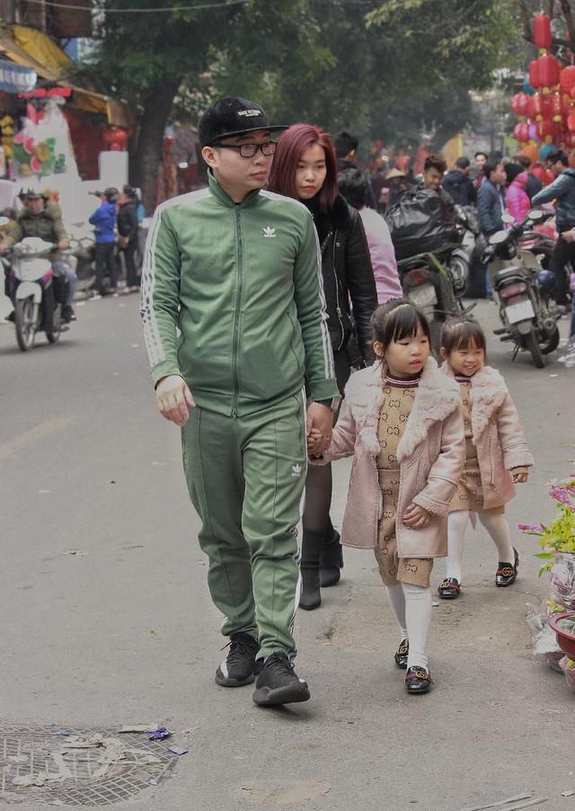 Dịp cuối năm gác lại công việc, nhiều bậc phụ huynh lựa chọn đưa các con đi dạo phố, đón không khí Tết.