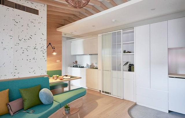 Khu vực ăn uống được bố trí ngay cạnh bếp, kết nối với sofa phòng khách để tạo nên không gian vui vẻ, ấm cúng và thân thiện.