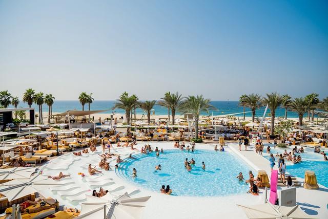 Phụ nữ nên giữ kín bờ vai và đôi chân mình với những áo phông, chân váy dài, quần thể thao năng động. Phái nữ không cần sắm burkini như phụ nữ Hồi giáo mà có thể mang bikini để mặc ngoài biển. Đàn ông không được phép cởi trần khi ra ngoài đường. Ảnh: UAE Style Magazine.