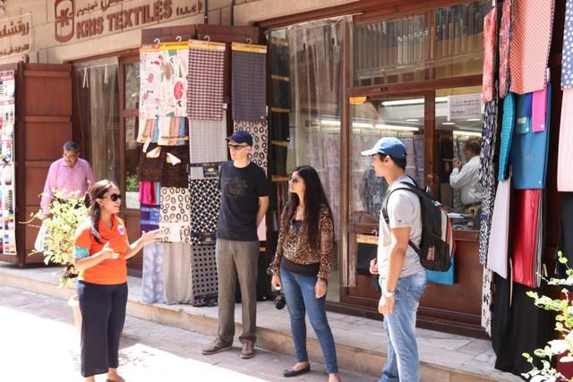  Đi lại chủ yếu bằng taxi: Những du khách thích đi bộ khám phá sẽ phần nào thất vọng vì Dubai không phải thành phố dành để đi bộ nhiều. Bạn sẽ chỉ thoải mái khi đi bộ khám phá các trung tâm mua sắm khổng lồ hay đến tham quan các di tích lịch sử. Ảnh: Free tour by foot.