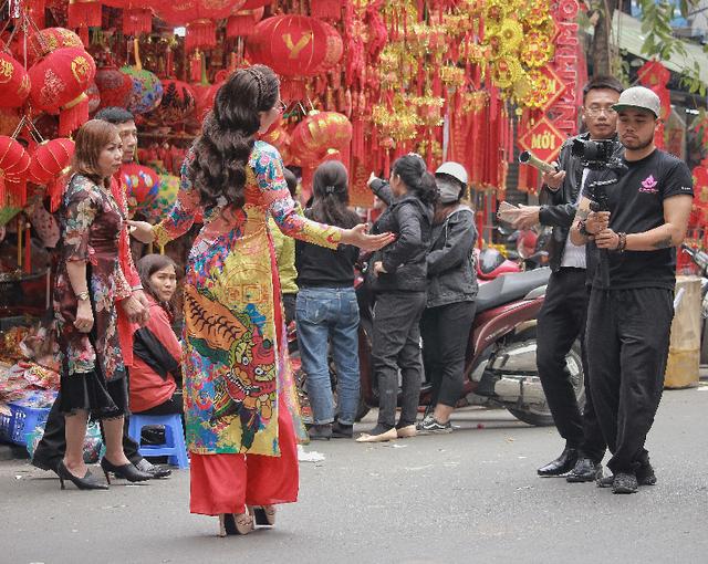 Nhiều bạn trẻ lựa chọn phiên chợ Tết để lưu giữ những khoảnh khắc mùa xuân về.