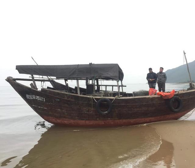 Chiếc tàu lạ trôi dạt vào bờ biển xã Kỳ Hà.
