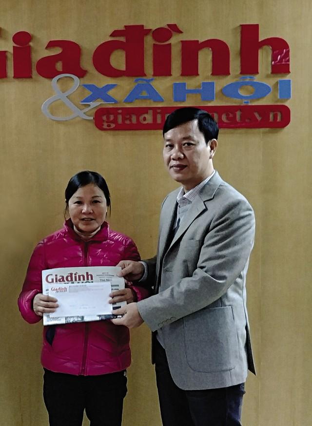 Ông Nguyễn Ngọc Đức - Phó Tổng biên tập Báo GĐ&XH trao quà cho một hoàn cảnh chương trình Vòng tay nân ái.
