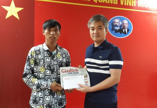 Ông Trần Tuấn Linh - Tổng Biên tập Báo GĐ&XH trao tiền cho cho bố bé Hứa Thị Như Phượng - MS 285