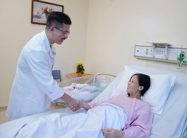 PGS.TS Lê Hoàng chia vui cùng bệnh nhân Hằng