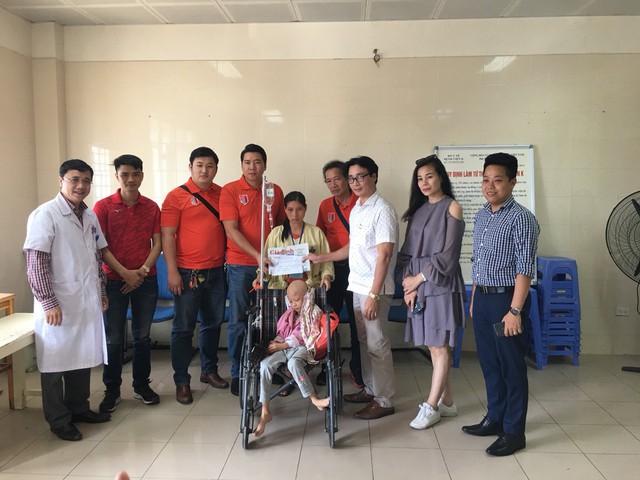 ông Nguyễn Chí Long - Phó Tổng Biên tập Báo GĐ&XH đã cùng CLB Bóng đá nghệ sĩ V- Stars tới Bệnh viện K3 Tân Triều (Hà Nội) trao số tiền 33.105.000 đồng cho gia đình bé Lưu Thị Hồng Phương