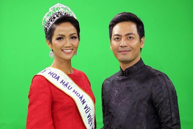 Hoa hậu H'Hen Niê và MC Phan Anh. ảnh : NVCC