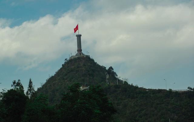 Cột cờ Quốc gia Lũng Cú được đặt tại đỉnh núi Rồng, nơi cực Bắc của Tổ quốc, có độ cao 1.468,73 m so với mực nước biển, chính thức được Nhà nước công nhận là Di tích lịch sử cấp Quốc gia vào ngày 16/11/2009.
