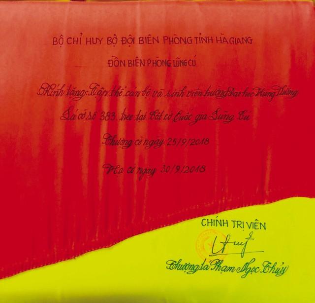 Lá cờ trước khi trao tặng sẽ được ghi rõ những thông tin về sứ mệnh lịch sử như số thứ tự, ngày thượng cờ, hạ cờ và có chữ ký, đóng dấu của đồng chí Chính trị viên đồn biên phòng.