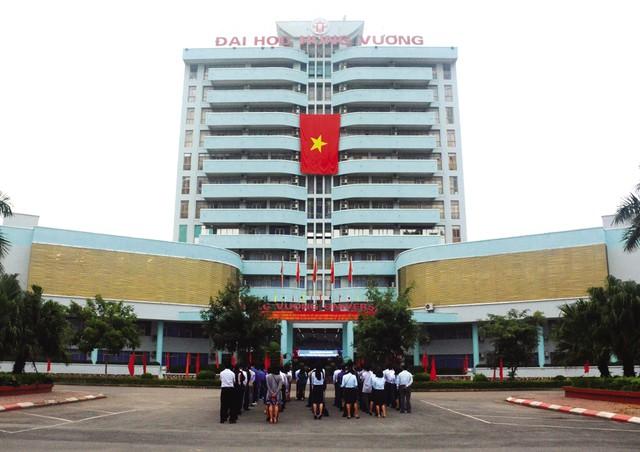 Trường Đại học Hùng Vương (Phú Thọ) là một trong những đơn vị có được vinh dự được nhận lá cờ linh thiêng nơi cực bắc của Tổ quốc. Ngay khi lá cờ 54 m2 được đưa về tới trường, tập thể cán bộ, sinh viên đã tổ chức một buổi lễ chào cờ vô cùng trang trọng để bày tỏ tinh thần yêu nước cũng như sự tự hào chủ quyền dân tộc.