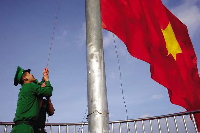Bất cứ khi nào cờ bị rách hoặc bạc màu, các chiến sĩ phải lập tức thay lá cờ mới. Trên độ cao 1.500 mét, việc thay lá cờ rộng 54 m2 cũng không hề đơn giản, nhiều khi là rất vất vả nếu gặp những điều kiện thời tiết bất thường như gió to, mưa rét, băng tuyết. Những lúc lá cờ bị rối, các chiến sĩ phải chấp nhận nguy hiểm leo lên cột cờ để gỡ trong những cơn gió lớn có thể thổi bay người.