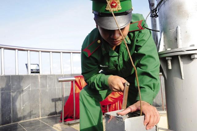 Các chiến sĩ bộ đội biên phòng dùng chiếc tời này để giữ lá cờ luôn ở vị trí cao nhất trên cột cờ.