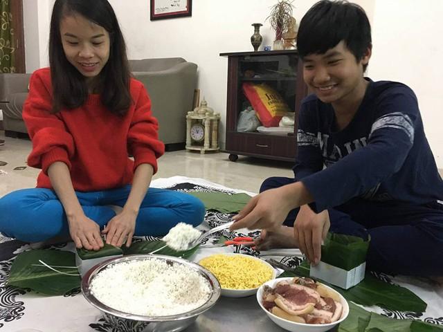 Gia đình Trưởng thương vụ Bùi Trung Thướng gói bánh chưng tại nhà