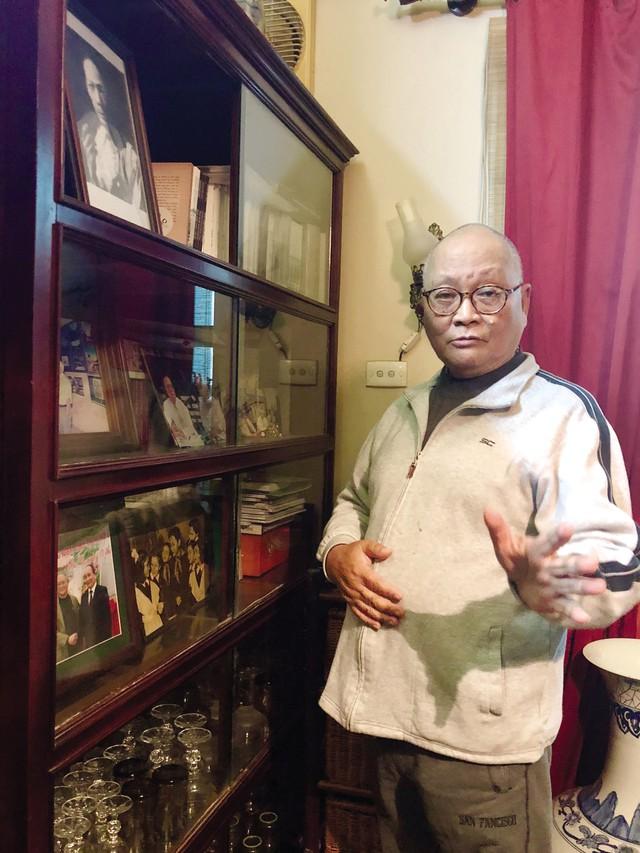 GS.TSKH Hoàng Đạo Kính bên tủ sách tư liệu về cha mình. Ảnh: TH