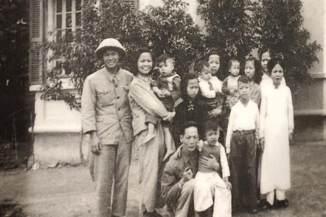 Bức ảnh tư liệu về gia đình nhà văn hóa Hoàng Đạo Thúy, bên các con và các cháu của người con gái cả đã mất vì tai nạn giao thông. Ảnh: Gia đình cung cấp