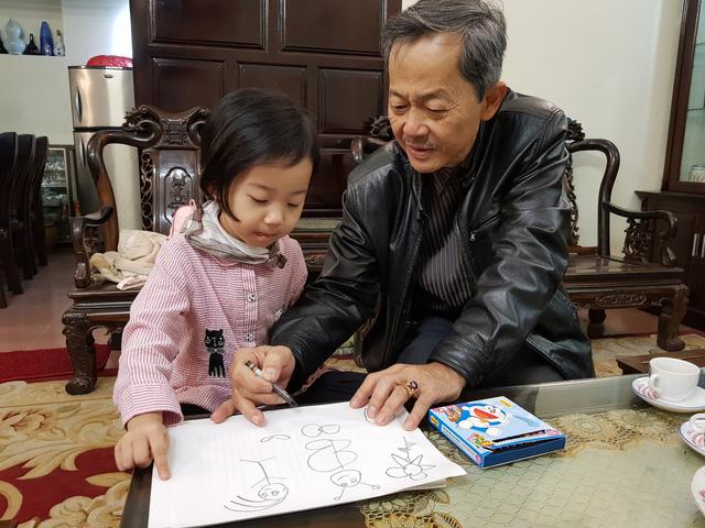 Võ sư Đoàn Đình Long cùng cháu nội 4 tuổi. Ảnh: Cao Tuân
