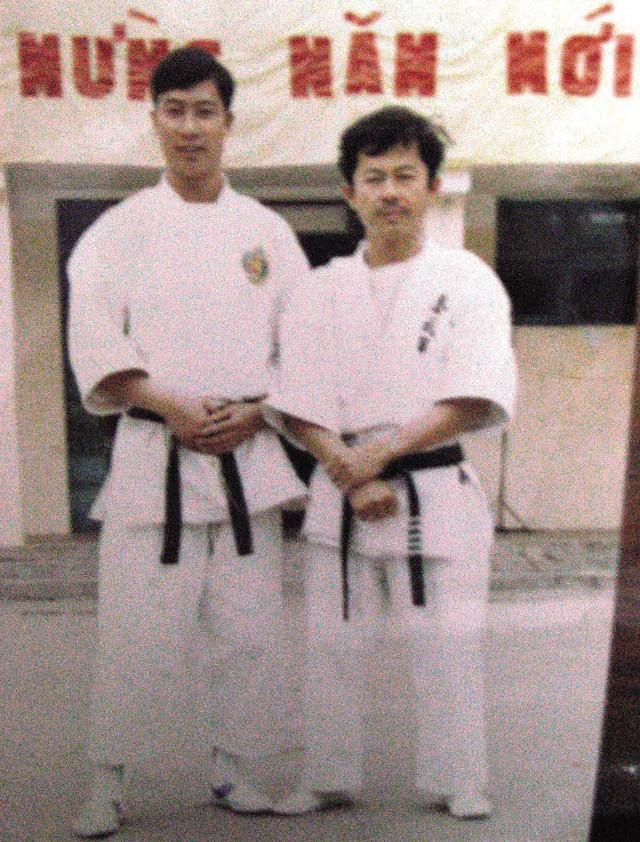 Võ sư Đoàn Đình Long cùng học trò Nguyễn Anh Tuấn - Huy chương vàng Karatedo đầu tiên của Việt Nam ở SEA Games năm 1993.