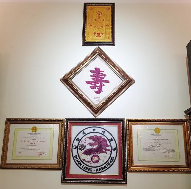 Những tấm huân chương lao động dành cho võ sư Đoàn Đình Long sau những năm tháng miệt mài cống hiên cho nền võ thuật Việt Nam.