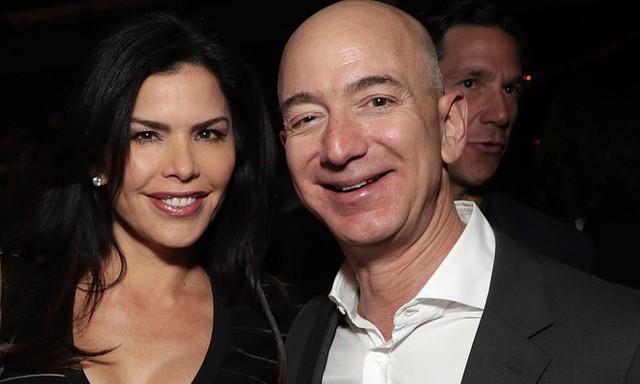 Lauren Sanchez và Jeff Bezos trong một sự kiện tháng 12/2016. Ảnh: US Weekly.