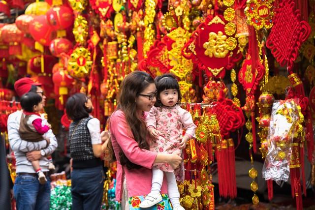 Hình ảnh chợ Tết truyền thống gần gũi và đầy thân thương trong tâm thức người Việt Nam
