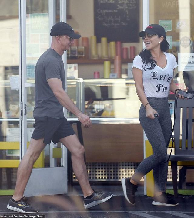 Cặp đôi thoải mái cười đùa, trò chuyện vui vẻ với nhau trên phố.