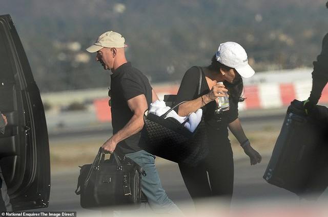 Lauren Sanchez và tỷ phú Amazon tại sân bay LA vào ngày 18/10.