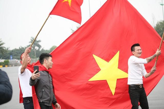 Lá cờ đỏ sao vàng khổng lồ tung bay trước cửa sân bay.