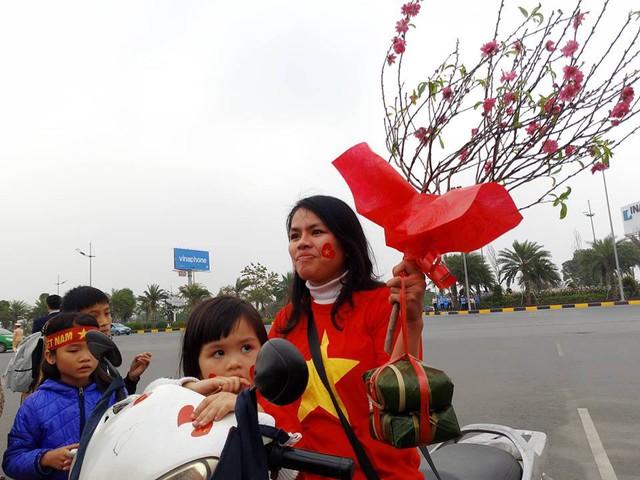 Mẹ con chị Đậu Thị Thắng đã vượt hơn 50km để có mặt tại sân bay Nội Bài đón thầy trò Park. Đặc biệt chị đã mang theo 1 cặp bánh chưng, cành đào Tết để dành tặng đội tuyển.