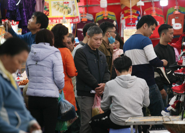 Trong khi đó, tại các hội chợ Xuân khắp Hà Nội, hàng vạn người dân cũng kéo đến mua sắm.