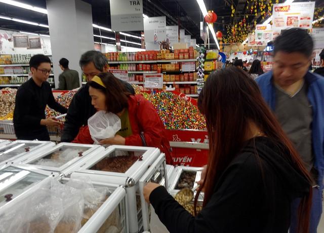 Trong khi người dân đổ ra đường mua sắm cây cảnh thì một lượng lớn các gia đình đã kéo đến các trung tâm thương mại, siêu thị để mua sắm.