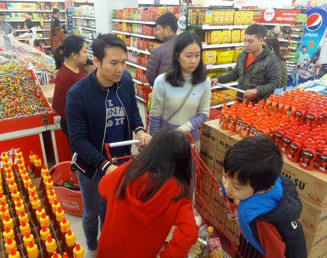 Lúc 12h trưa ngày 27/1 tại một siêu thị trên đường Tây Sơn lượng khách kéo đến đông kín.
