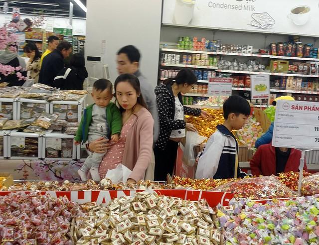 Bánh kẹo rời được người dân chú ý hơn cả, theo đó giá những mặt hàng này được người dùng đánh giá là phải chăng.