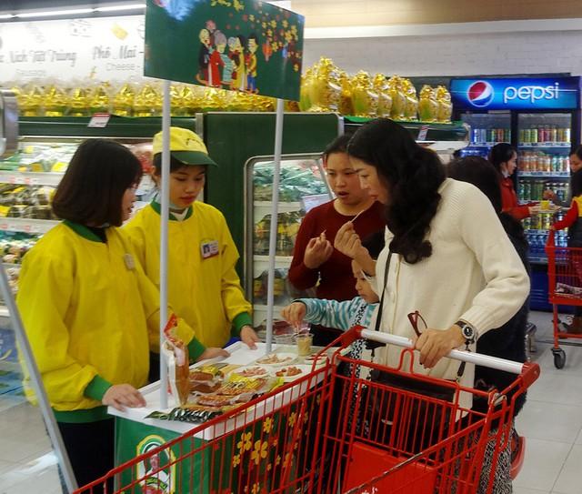Nhiều chị em phụ nữ cũng đã rủ nhau kéo đến siêu thị, trung tâm thương mại dịp này.