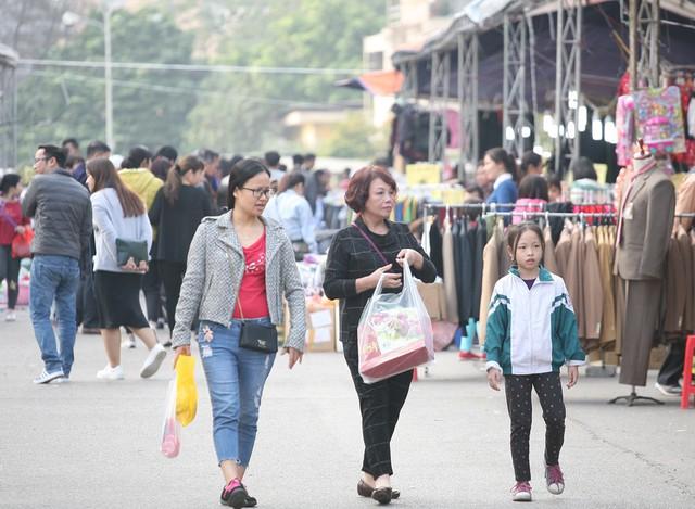 Những mặt hàng chủ yếu tại các Hội chợ chủ yếu là hàng may mặc, thực phẩm vùng miền, bánh chưng, giò chả...