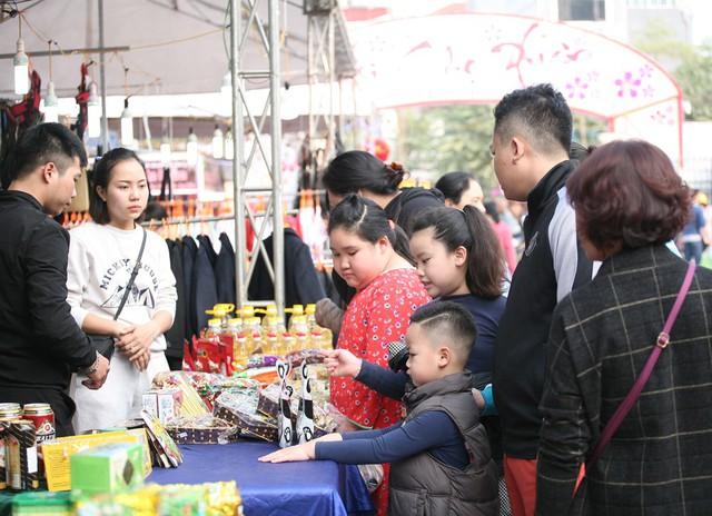 Những sản phẩm thiết yếu cho gia đình ngày Tết cũng được người dân quan tâm đông đảo.