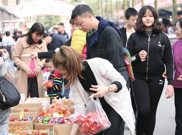 Bánh kẹo, mứt Tết vẫn là những mặt hàng thu hút sự quan tâm của đông đảo khách hàng.