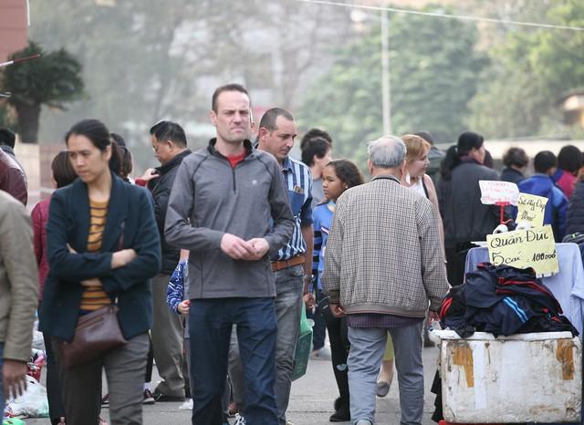 Không ít khách du lịch ngoại quốc cũng đã có mặt tại hội chợ để thưởng thức không khí Tết của người Việt.