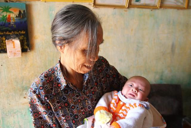 Bà Hoàng Thị Ngọ và cháu trai Tạ Công Minh.