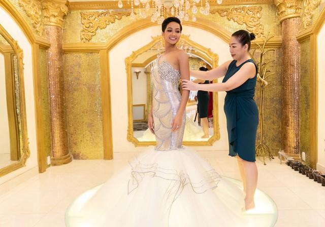 HHen Niê được mẹ nuôi - Nhà thiết kế Linh San chăm chút từng tý.