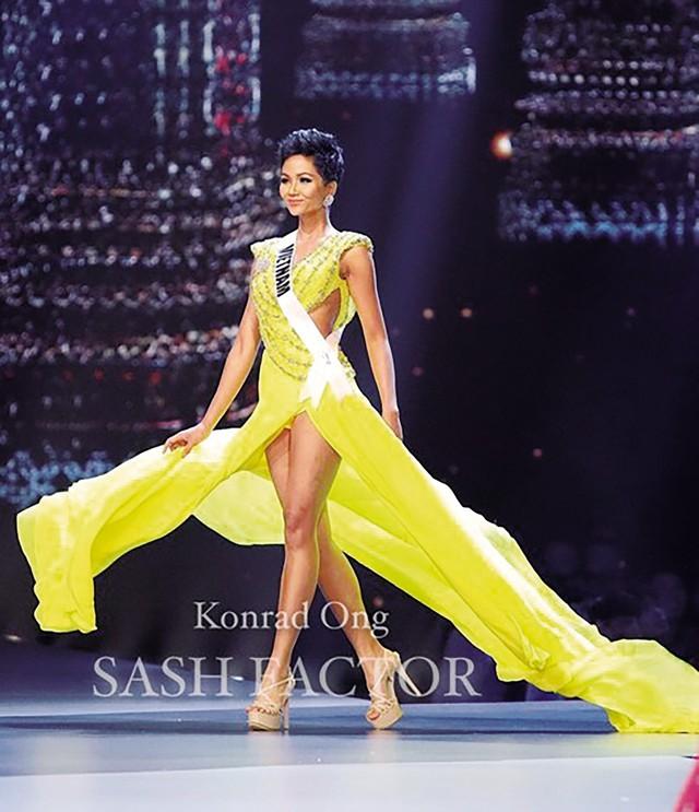 HHen Niê trong đêm bán kết Hoa hậu hoàn vũ Thế giới.
