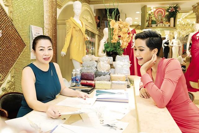 Nhà thiết kế Linh San và HHen Niê. Ảnh: N.M