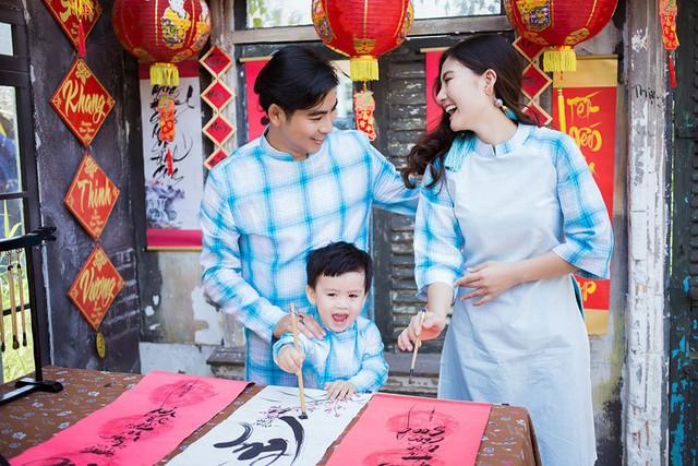 Cặp vợ chồng của làng phim Việt và cậu con trai cưng của mình cùng diện áo dài gia đình, nhí nhảnh tạo dáng chẳng khác gì các cặp đôi khác.