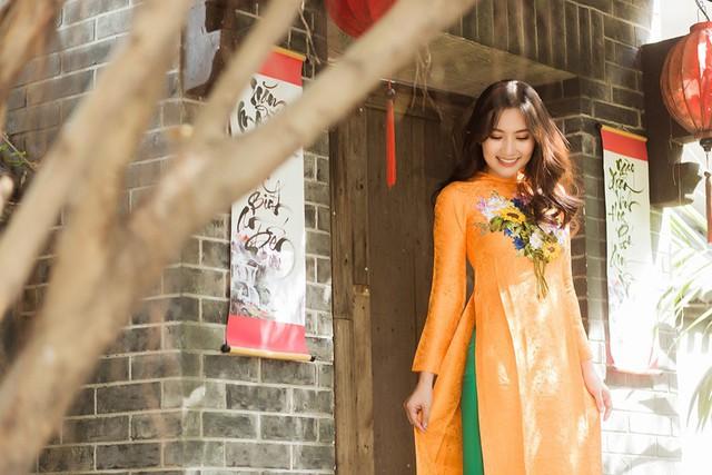 Trong bộ ảnh chụp với gia đình, nữ diễn viên khéo léo khoe vẻ đẹp rạng ngời tuổi 30. Ngọc Lan ngày càng xinh đẹp và quyến rũ hơn khi có ông xã Thanh Bình luôn kề cạnh động viên, gánh vác trách nhiệm chăm lo gia đình.
