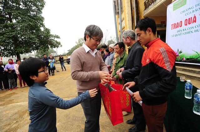 TBT Báo Gia đình và Xã hội trao quà cho các gia đình