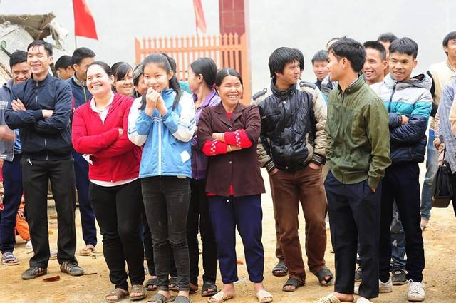 Dù thời tiết lạnh nhưng người dân vẫn cười rất tươi khi biết món quà mà Báo trao tặng