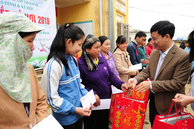 Phó tổng biên tập Nguyễn Ngọc Đức trao quà cho các hộ gia đình